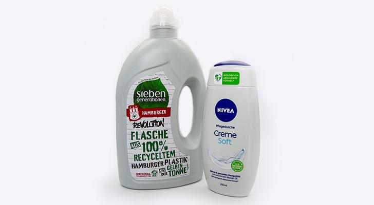 Waschmittelflasche und Duschgelflasche nebeneinander